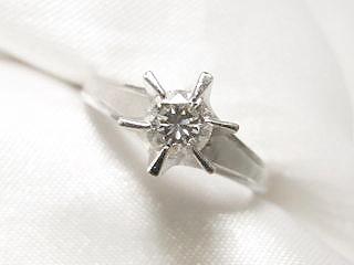 こちらを小さなメレダイヤで周りを取り巻いた流行のK18製ペンダントネックレスにリフォームなさいました。